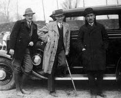 Сл. 10. Др Милан Николић, у средини, са сарадницима и заводским службеним аутомобилом око 1935.